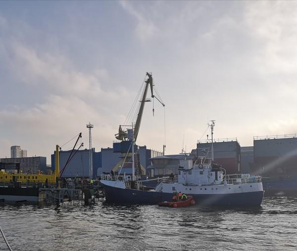 Dukart upėje skendęs laivas nugabentas į remonto doką